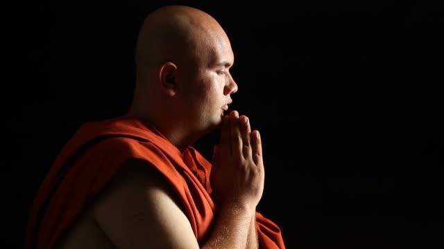 Monje budista rezar - vídeo