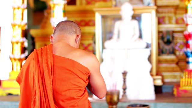 Monje budista con orar en el templo NARANJA, BATA DE BAÑO - vídeo