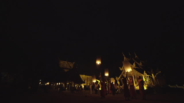 vídeos y material grabado en eventos de stock de monjes budistas en el templo en chiang mai, tailandia - hermano
