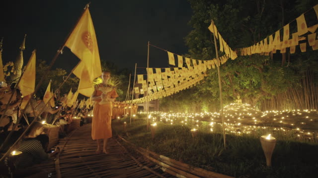 Monjes budistas en el Wat Pan Tao de Chiang Mai, Tailandia - vídeo