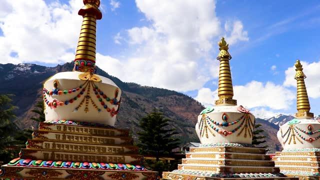明るい青空を持つヒマラヤの仏教の塔 - 仏塔点の映像素材/bロール