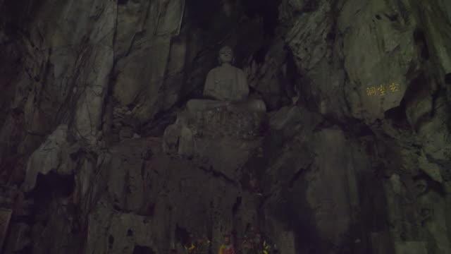 大理石の洞窟の中の仏教の神社 - 石垣点の映像素材/bロール