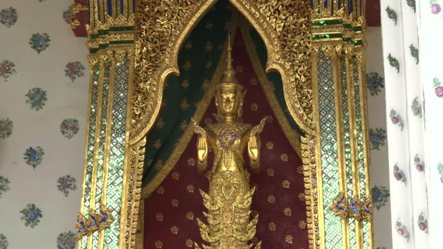 buddhist statue in a niche at wat arun temple, bangkok - юго восток стоковые видео и кадры b-roll