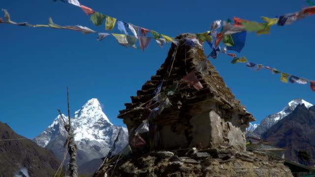 仏教の仏舎利塔と雪の山 - ネパール点の映像素材/bロール