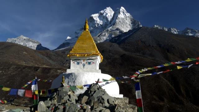 ヒマラヤ山脈、ネパールのトレッキング山道に仏教のストゥーパ。クレーン ショット。4 k、uhd - ネパール点の映像素材/bロール