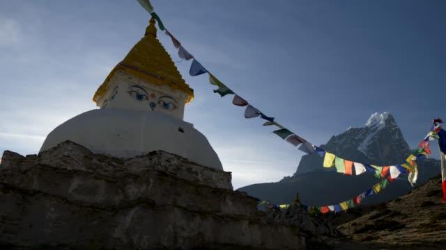 エベレスト ベース キャンプに行く途中仏教のストゥーパ。サガルマータ国立公園、ネパール。4 k uhd - ネパール点の映像素材/bロール