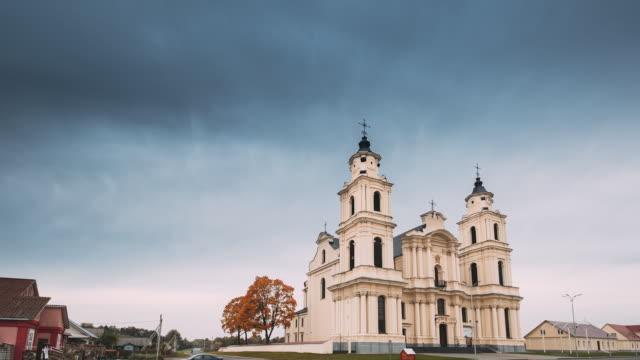 budslau, myadzyel raion, minsk bölgesi, beyaz rusya. sonbahar günü kutsanmış meryem kilisesi - i̇badet yeri stok videoları ve detay görüntü çekimi