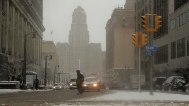 vídeos de stock, filmes e b-roll de buffalo prefeitura de inverno neve blizzard - nordeste