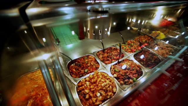 Bufé y gran variedad de platos de carne. Fondo de alimentos - vídeo