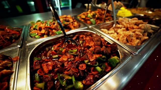 «шведский стол»-разнообразные мясные блюда. фон - фуршет стоковые видео и кадры b-roll