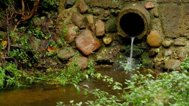 Bидео Build cement concrete pipe drainage canals drain the fluid flow