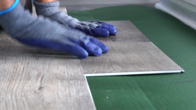 baumeister renovierung wohnung. reparatur der wohnung, verlegung laminatboden - bauholz brett stock-videos und b-roll-filmmaterial