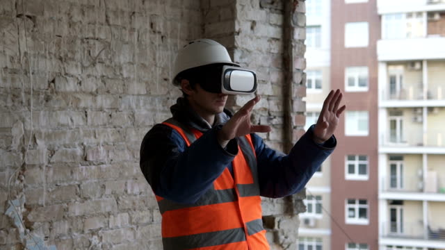 Builder wearing virtual reality glasses - vídeo