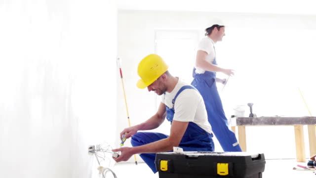 タブレット pc の電源ソケット屋内での修復と建設業者 - 電気工点の映像素材/bロール