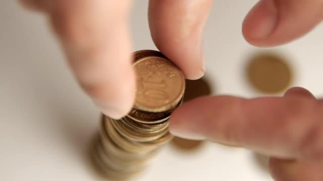 aufbau einer münzen turm filmmaterial - amerikanische geldmünze stock-videos und b-roll-filmmaterial