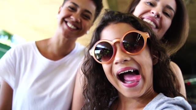 vídeos de stock, filmes e b-roll de construindo uma nova família - homossexualidade