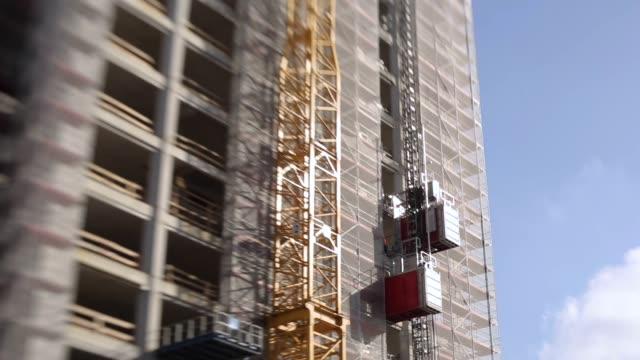 건축 용 엘리베이터 및 건설 프레임 - 초점 이동 스톡 비디오 및 b-롤 화면