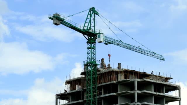 vídeos y material grabado en eventos de stock de grúa de construcción - grúa
