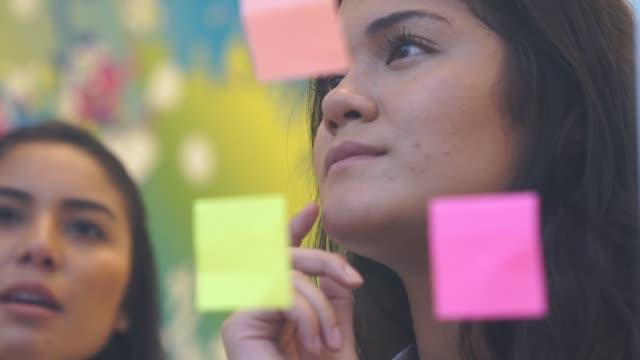 gebäude-kreative ideen - weibliche angestellte stock-videos und b-roll-filmmaterial