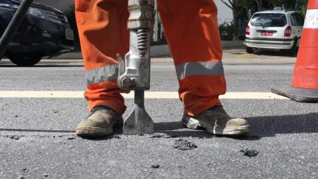 vídeos de stock e filmes b-roll de building demolition jack hammer drill breaking concrete - dureza
