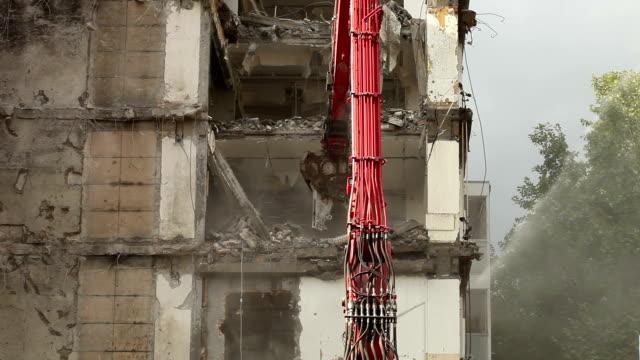 vídeos y material grabado en eventos de stock de demolición de edificio - pinzas utensilio para servir