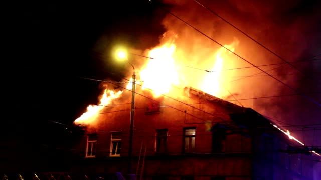vídeos de stock e filmes b-roll de building in full flaming inferno - house