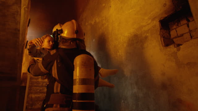 Building is On Fire. Brave Fireman Passes On Saved Girl To His Teammate. Who Brings Her To Safety. - Vidéo