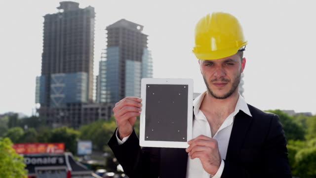 Bâtiment du directeur avec tablette numérique - Vidéo