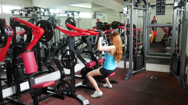 bygga muskler tjej - black woman towel workout bildbanksvideor och videomaterial från bakom kulisserna