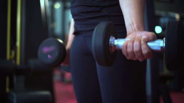 건물 근육 소녀, 슬로우 모션 - 웨이트 스톡 비디오 및 b-롤 화면