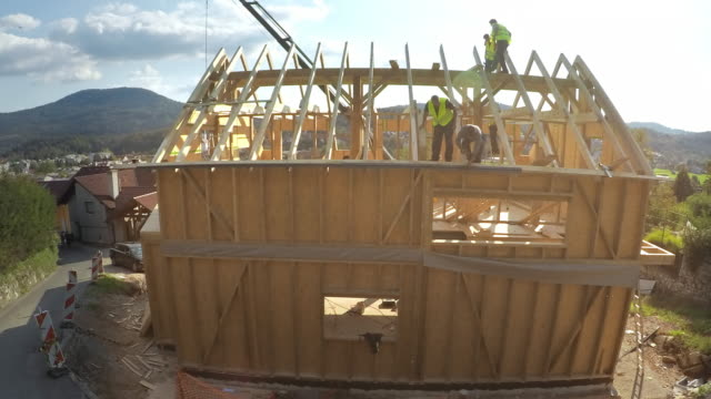 TIME-LAPSE Building of a prefab home in sunshine