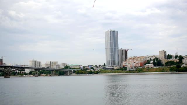 vídeos de stock e filmes b-roll de building on the seashore river bridge - barragem do roxo
