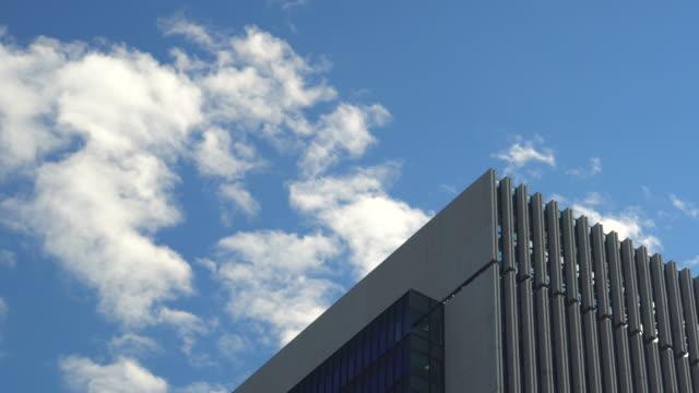 建物上部と雲 ビデオ
