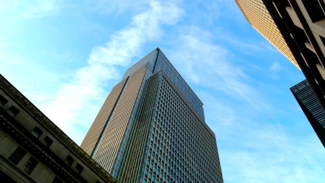 建物と青い空、東京の。 - ローアングル点の映像素材/bロール