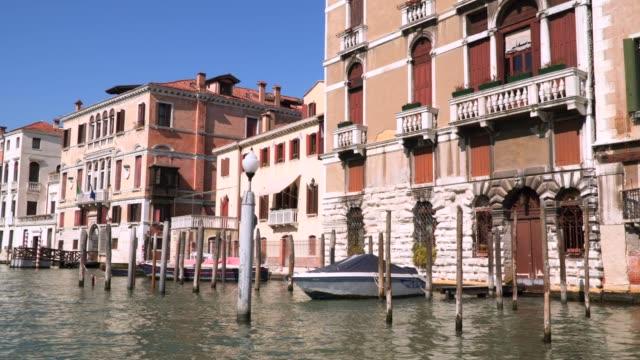 vídeos y material grabado en eventos de stock de edificios y palacios en las orillas de los canales de venecia - estrecho
