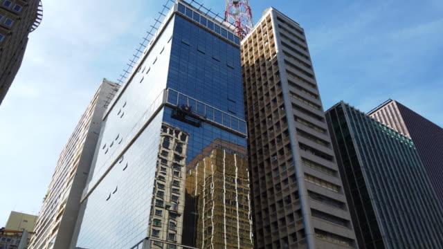buildings at paulista avenue - проспект стоковые видео и кадры b-roll