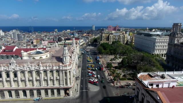gebäude kubanische landschaft alte havanna drohne fliegen in den himmel - havanna stock-videos und b-roll-filmmaterial