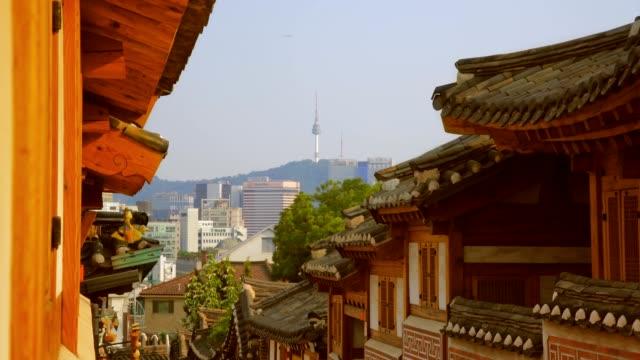 vídeos y material grabado en eventos de stock de bukchon hanok village con la torre de seoul en seúl, corea del sur - n seoul tower