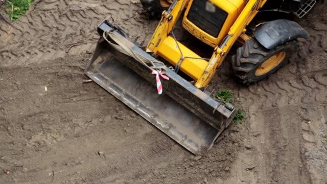 stockvideo's en b-roll-footage met een bulldozer is een stuk grond herverdeling. - shovel