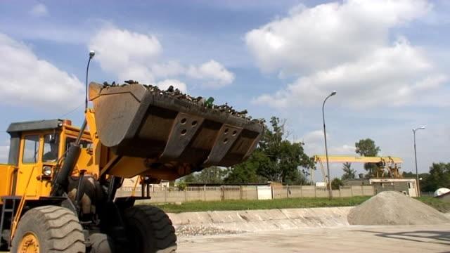 Bulldozer Beladen broken-Flaschen in einen kurzen Blick auf unten – Video