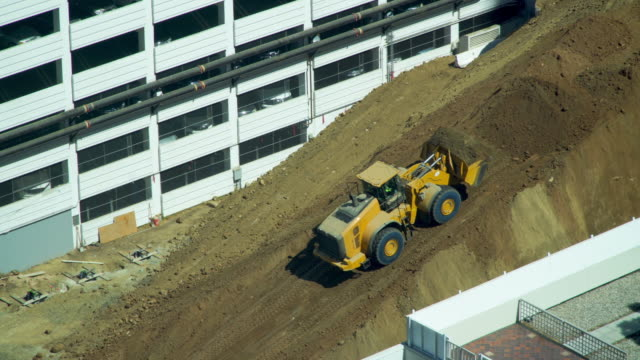 stockvideo's en b-roll-footage met bulldozer verplaatst vuil naar een steile helling op een bouwplaats - shovel