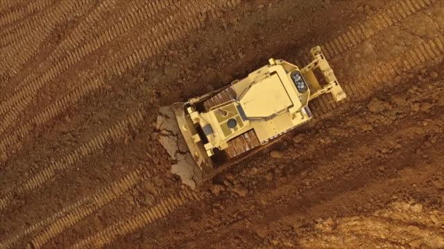 bulldozer rörliga terräng jord - excavator bildbanksvideor och videomaterial från bakom kulisserna