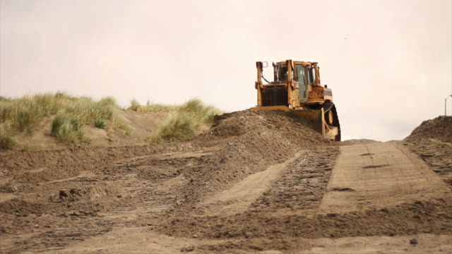 bulldozer pushing sand - excavator bildbanksvideor och videomaterial från bakom kulisserna