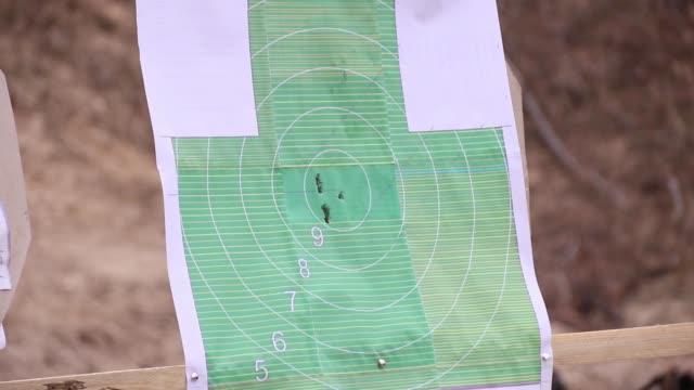 vídeos y material grabado en eventos de stock de las balas en el campo de tiro golpearon el objetivo. - training