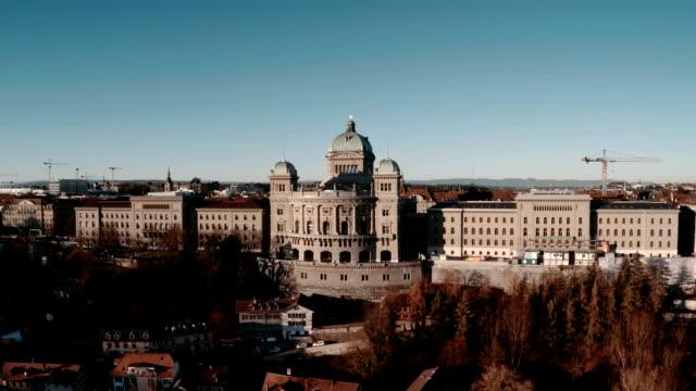 vídeos de stock e filmes b-roll de palácio federal bundeshaus ou em berna, vista aérea - suíça