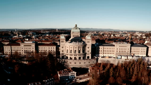 bundeshaus oder federal palace in bern von luftaufnahme - kanton bern stock-videos und b-roll-filmmaterial