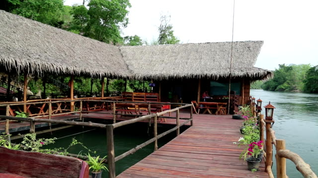 bungalows on the kwai river in northwestern thailand - kabina filmów i materiałów b-roll