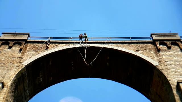 bungee jumping bunovo bridge near sofia - банджи джампинг стоковые видео и кадры b-roll