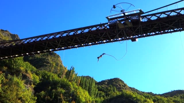bungy jump slow motion - bungee jumping video stock e b–roll