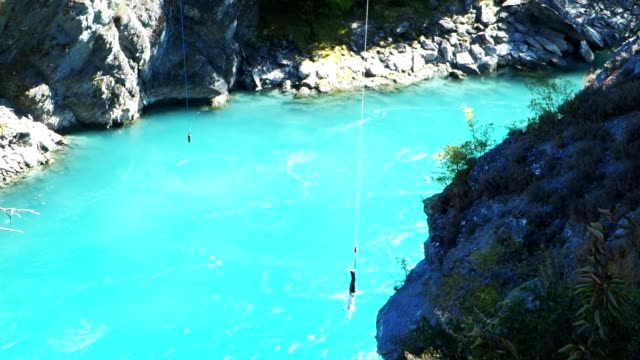 bungy jumper - bungee jumping video stock e b–roll